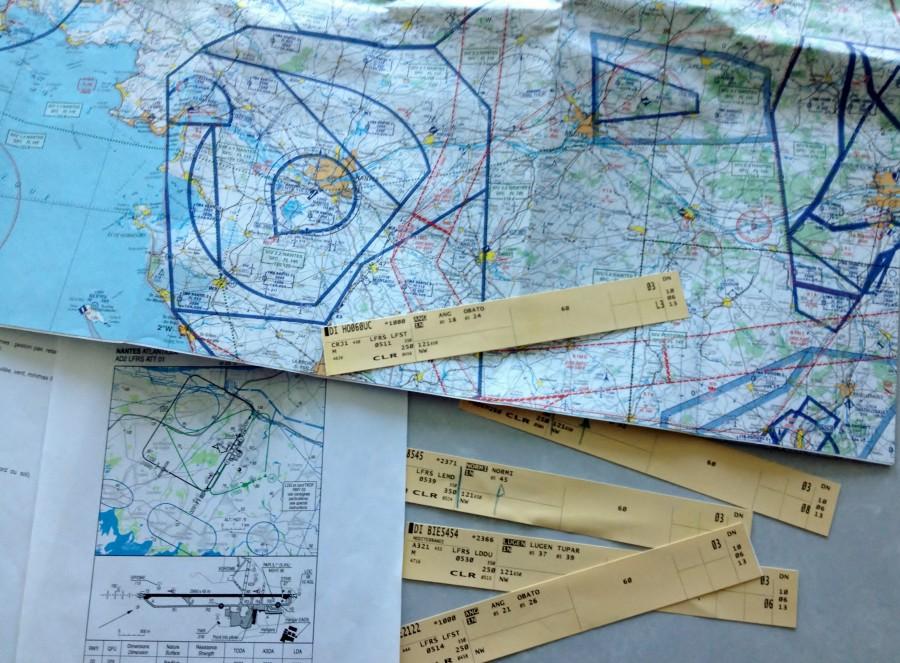 Cartes et strips : des outils indispensables pour guider la navigation aérienne